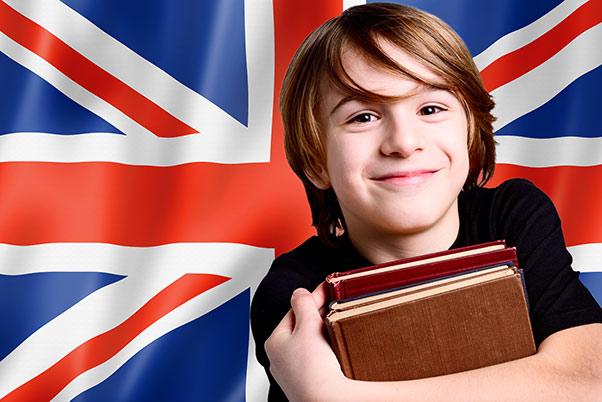 chłopiec uczący się języka angielskiego
